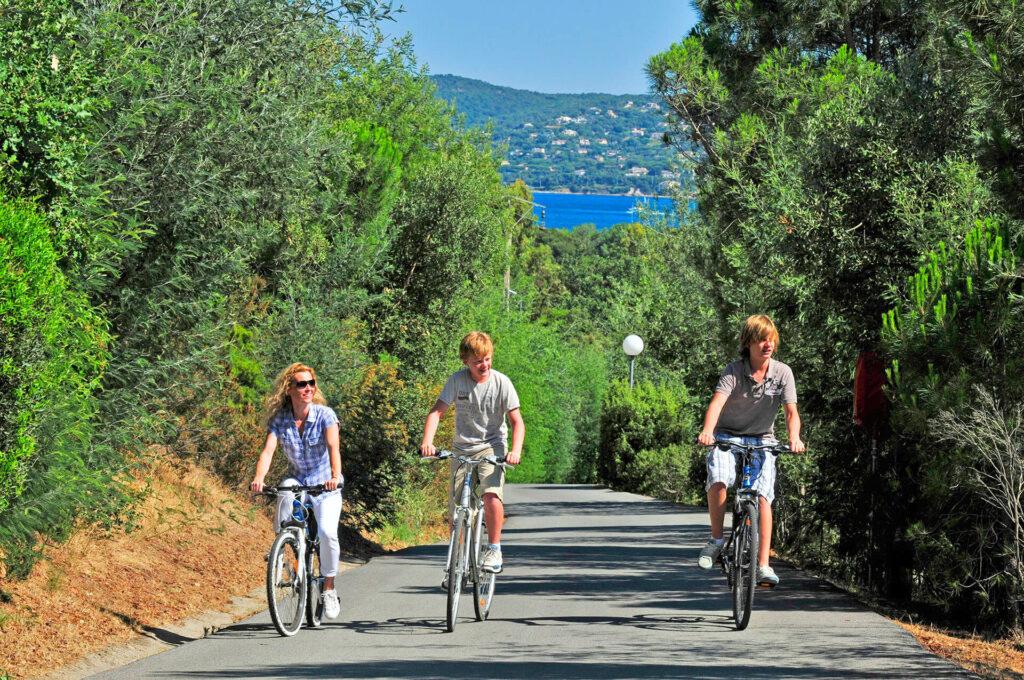 Vélos sur le camping sur l'Allée Cavalaire avec sa vue mer
