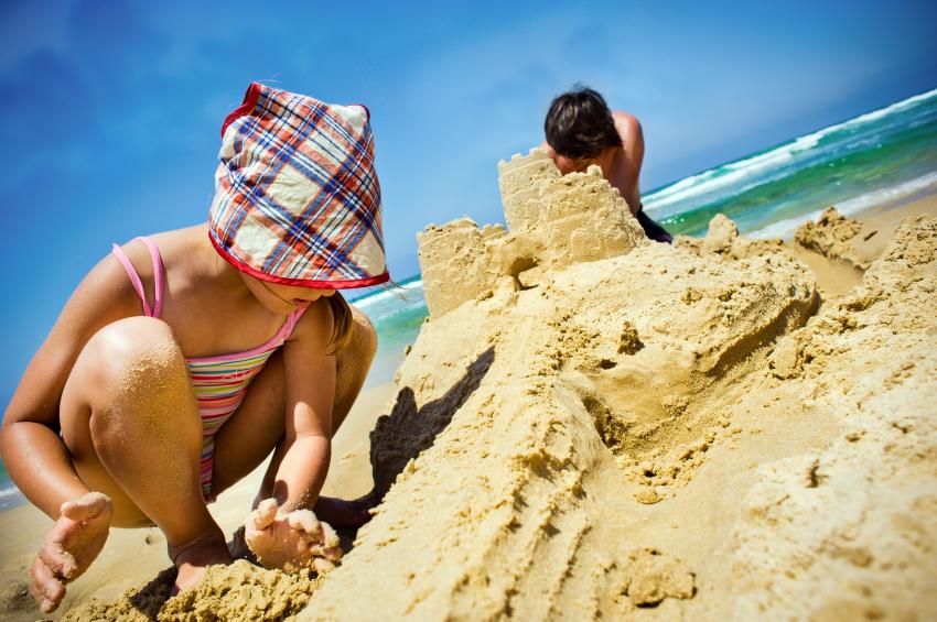 Plage et châteaux de sable